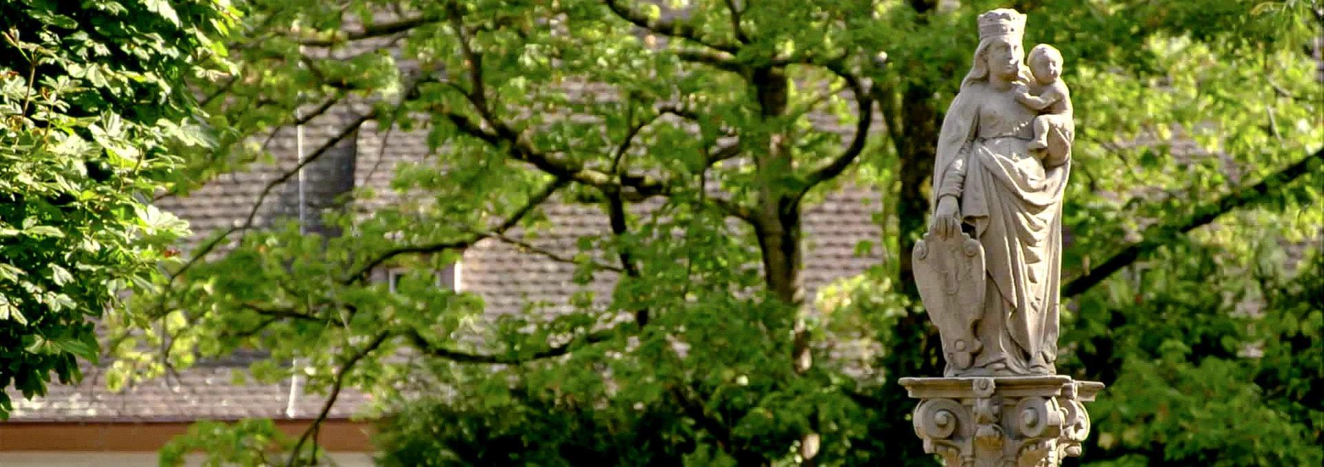 Klosterinnenhof mit Maria auf dem Brunnen