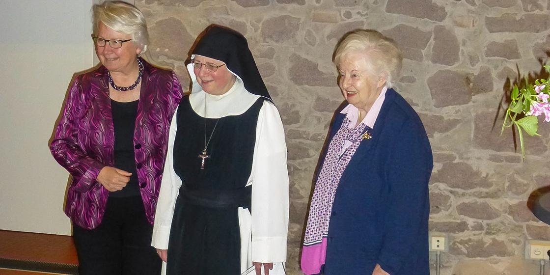 Ministerin a.D. Annette Schavan, Äbtissin Bernadette Hein und Urusla Lazarus.